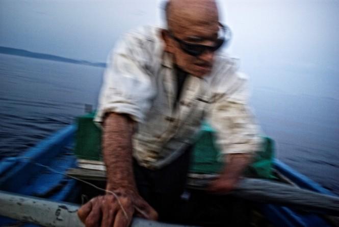 Ο «Τυφλός Ψαράς» είναι το πρώτο ντοκιμαντέρ του Caravan Project. O ψαράς Γιάννης Κουκούμιαλος, όντας τυφλός και χωρίς χέρι, ψαρεύει στη θάλασσα τα τελευταία 70 χρόνια της ζωής του
